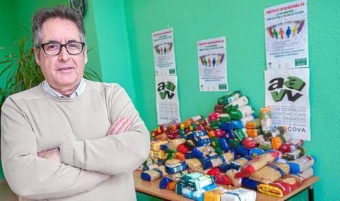 Un dirigente vecinal con alimentos donados en la tienda solidaria en la sede de Cave-Cova/cavecova