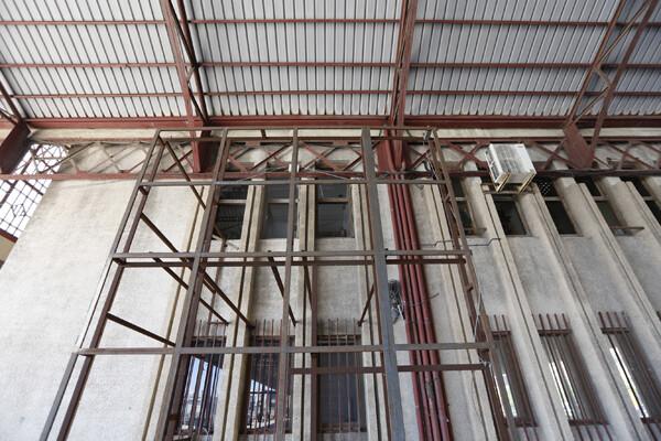 Puntales metálicos en el interior del tinglado/manuel molines
