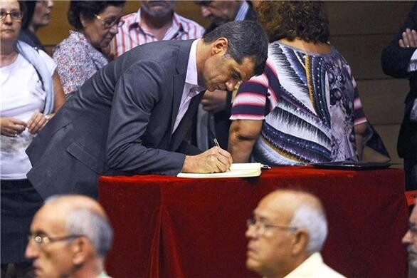 El diputado valenciano firmando libros/m