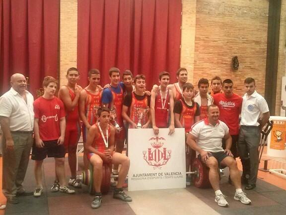 Los componentes del Valencia Club de Halterofilia que han ganado los juegos con sus entrenadores/vlcch