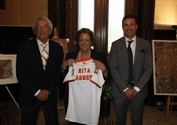 La alcaldesa con la camiseta del club que lleva su nombre/ayto vlc
