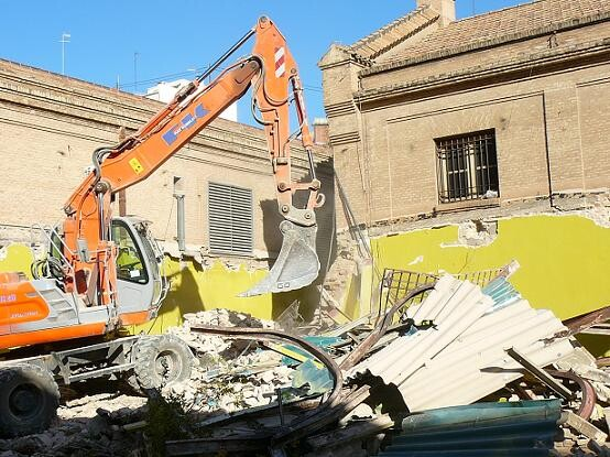 Una excavadora tira uno de los edificios del interior del complejo/gms