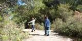 Dos niños pasean por uno de los itinerarios de la Albufera