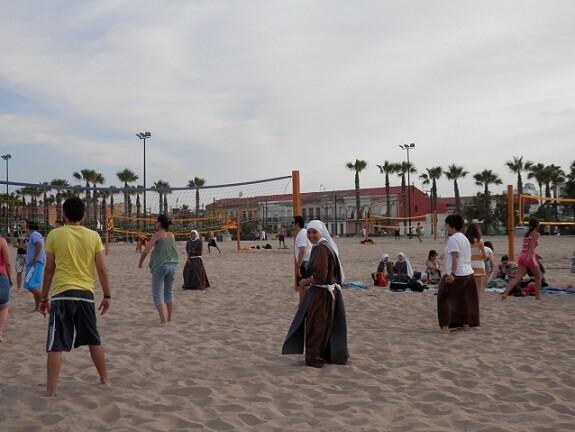 Las monjas juegan al voleibol en la playa de la Malvarrosa/alberto saiz