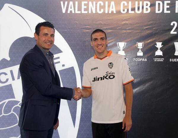 Oriol Romeu le estrecha la mano a Amadeo Salvo. Foto: Valenciacf.com