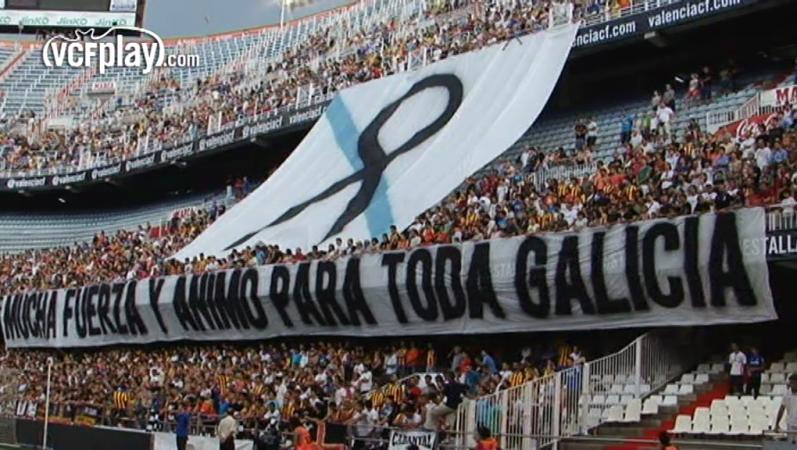 Mestalla homenajea a las víctimas del accidente de tren de Santiago. Foto: VCFPlay