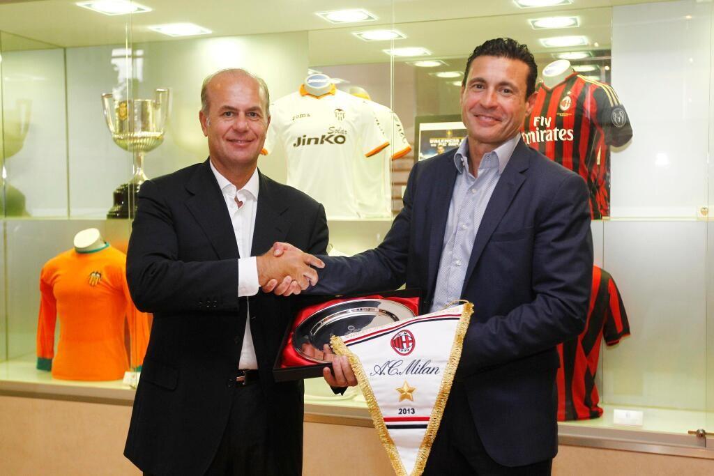 Intercambio de regalos entre los presidentes del Milan y el Valencia. Foto: Valencia CF