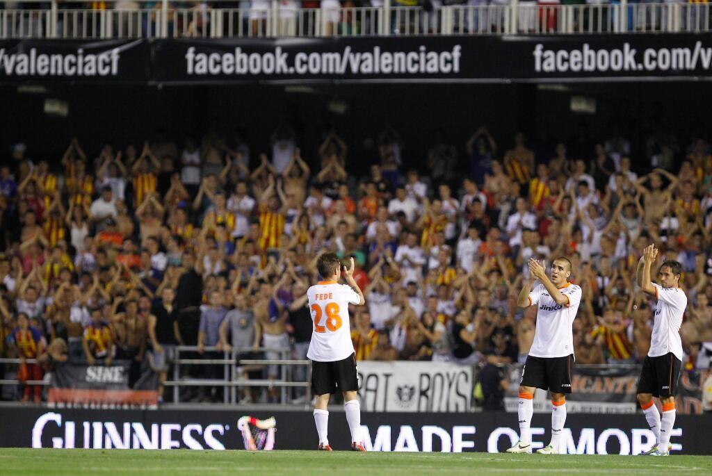El respetable despidió al equipo con aplausos. Foto: Valencia CF