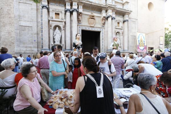 Varias personas compran en un puesto de la plaza del Carmen/m.molines