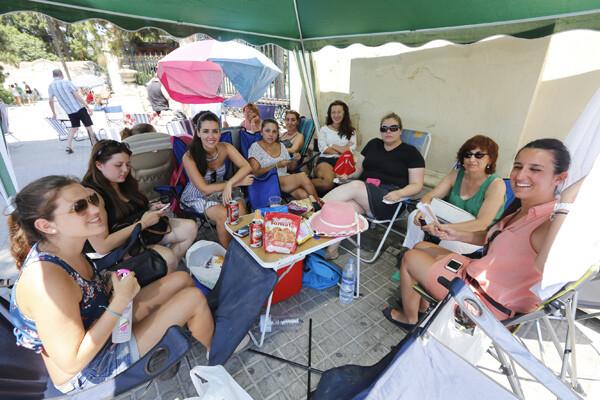 Un grupo de mujeres bajo un toldo haciendo cola bajo un intenso calor/manuel molines