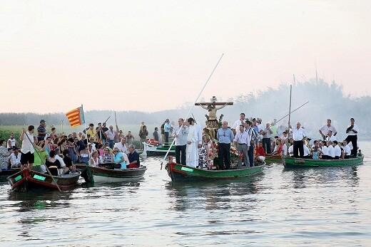 Procesión en el lago de la Albufera del Cristo de El Palmar/avan