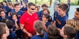 David Casinos departe con los niños del Campus.