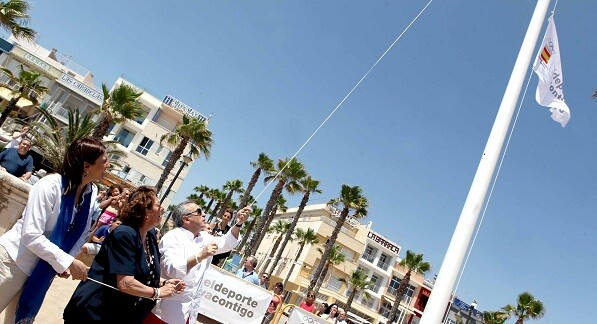 Izado de la bandera que distingue a Valencia como primer ayuntamiento olímpico en la playa de Las Arenas/gva