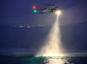 Helimer en servicio de búsqueda nocturna en una acción anterior/salvamento marítimo