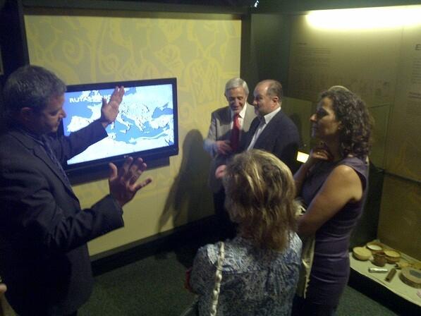 Un responsable de La Caixa explica a los asistentes a la inauguración los pormenores de lo que se ve en la pantalla/p.varea