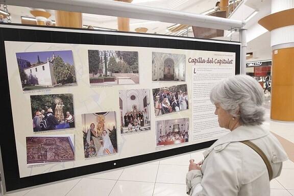 Una mujer contempla un cartel que Maides instaló en Nuevo Centro para explicar su labor/archivalencia
