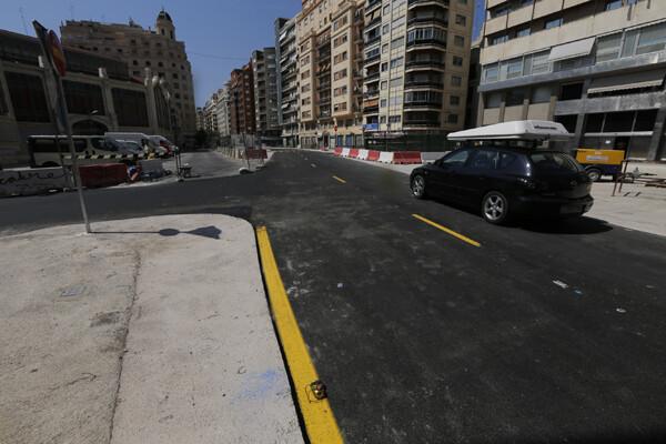 Un vehículo circula por la zona de la plaza Brujas una vez reabierta al tráfico/m.molines