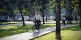 Un hombre circula en bicicleta por un carril bici/pmm