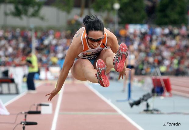 Particia Sarrapio en pleno salto. Foto: Julio Fontán