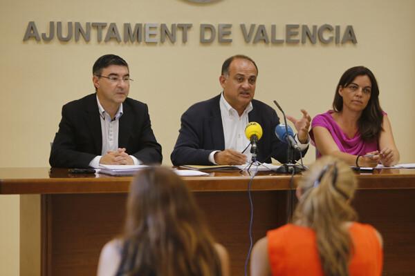 El portavoz socialista, Joan Calabuig, con los ediles Pedro M. Sánchez y Annaís Menguzzato/gms