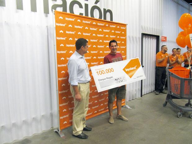 El visitante número 100.000 recibe un premio de 300 euros de mano de Ignacio Tello, director general de Teyoland.