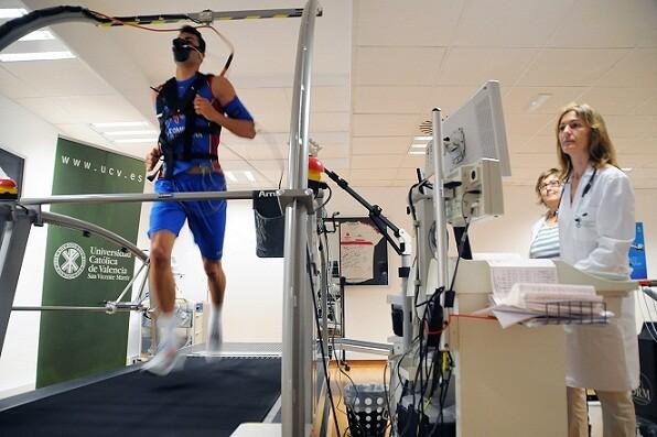 Iborra realizando una prueba de fuerza en la clínica/Avan