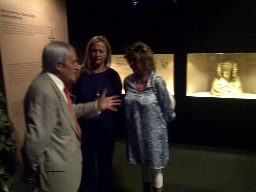 Luis Batista habla con la edil de Playas y la asesora María José Alcón/p.v.
