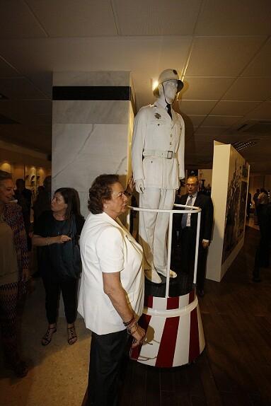 La alcaldesa delante del guardia urbano/ayto vlc