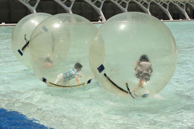 La actividad Waterballs, en la piscina del Hemisfèric. Foto: Javier Furió