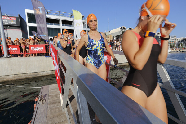 Un grupo de nadadoras baja por la escala para empezar la prueba/m.molines