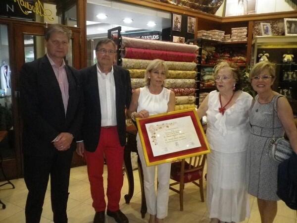 Alvaro Moliner en su tienda con el presidente del Colegio de La Seda