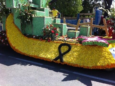 Carroza del artista Jordi Palanca con el lazo negro en memoria de las víctimas del accidente de Santiago de Compostela/artur part