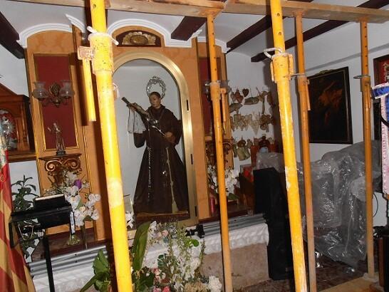 La imagen del beato en el interior de su capilla en la casa natalicia apuntalada