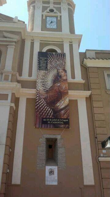 Los clavarios han colocado un cartel anunciador en la fachada de la iglesia/p.varea