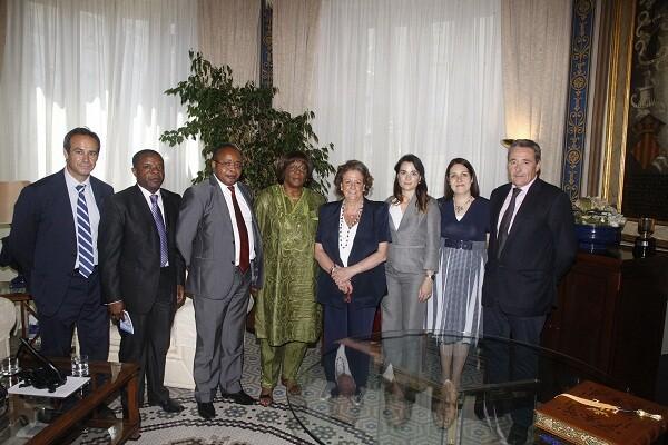 La Embajadora de Camerúan, el responsable de Negocios de Camerún y la alcaldesa en el salón  Pompeyano/ayto vlc