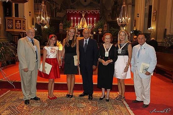 Los directivos de la Cofradía del Carmen con las falleras mayores, el presidente de la JCF y el dirigente de Na Jordana