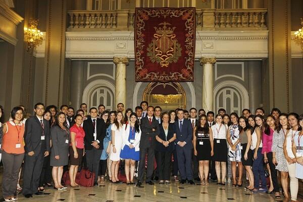 La alcaldesa de Valencia con los 50 estudiantes iberoamericanos/ayto vlc