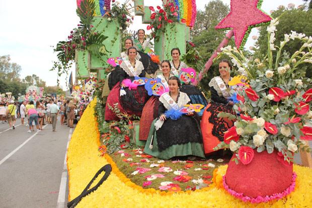 Un crespón negro en la carroza de les Festes de Castelló. Foto: Javier Furió