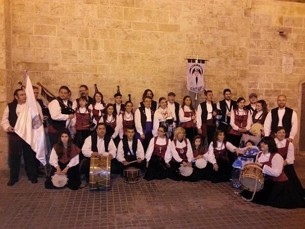 Un grupo de componentes del Centro Gallego en la Ofrenda de Flores de Valencia