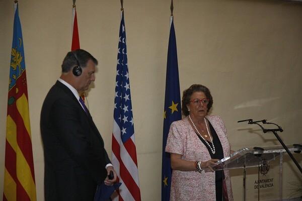 La alcaldesa, Rita Barberá, en el palacio de Cervello, con el alcalde de Dallas/ayto vlc