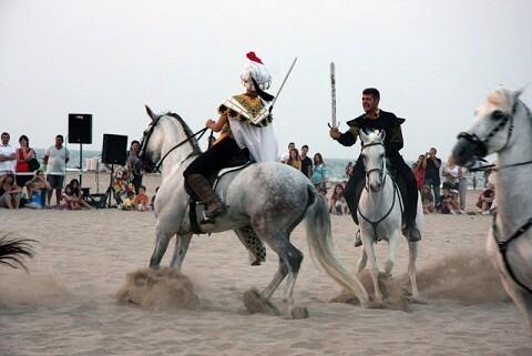 Dos jinetes luchan entre sí en la playa en una pasada edición de la recreación//amycm