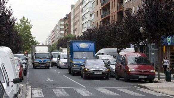 Un vehículo aparcado en doble dificultando la circulación