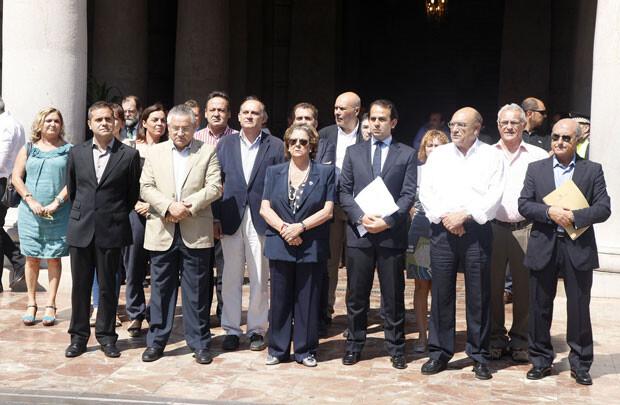 La corporación municipal de Valencia, en el minuto de silencio por las víctimas del accidente.