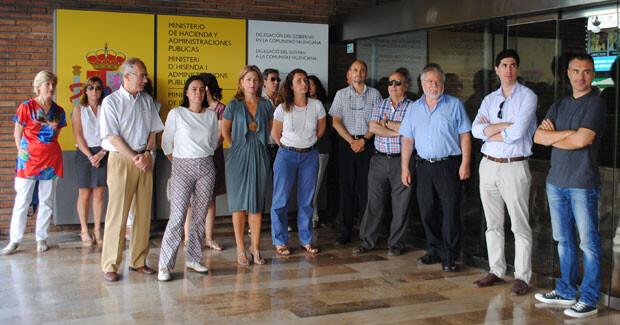 Paula Sánchez de León y los trabajadores de la Delegación del Gobierno, en el minuto de silencio.