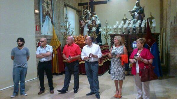 El presidente de la Semana Santa Marinera, Paco Carles, con el autor de las fotos, a su izquierda, con el edil de Fiestas y las concejalas socialistas/jc