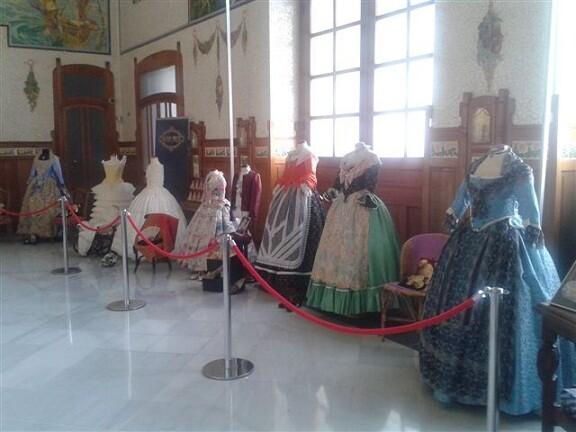Adif ha tomado la iniciativa de exponer trajes de valenciana/adif