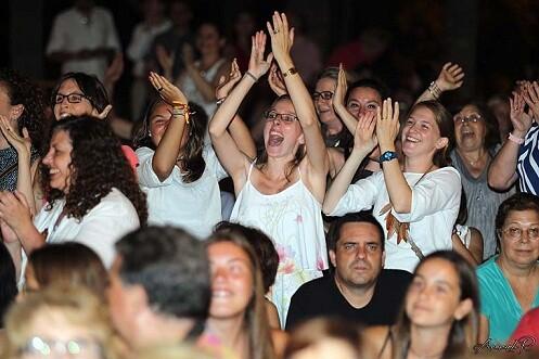 Un grupo de asistentes aplaude en el momento de conocer a las elegidas/a.romero