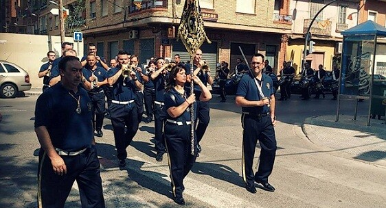 La abanderada abre la banda de cornetas y tambores de Sant Lluis Bertrán/pedro