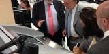 José María Gil Robles explica los detalles de a oficina informática al vicealcalde Grau/ayto vlc
