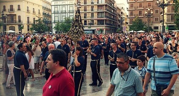 La banda de cornetas y tambores de San Luis Bertrán en la plaza de la Virgen en la tarde de ayer/pedro v.s.